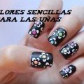 Flores sencillas en un tutorial para las uñas