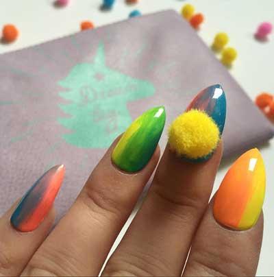 Decoracion de uñas con pompones 2