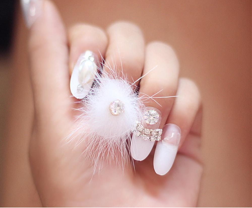 Decoracion de uñas con pompones 7