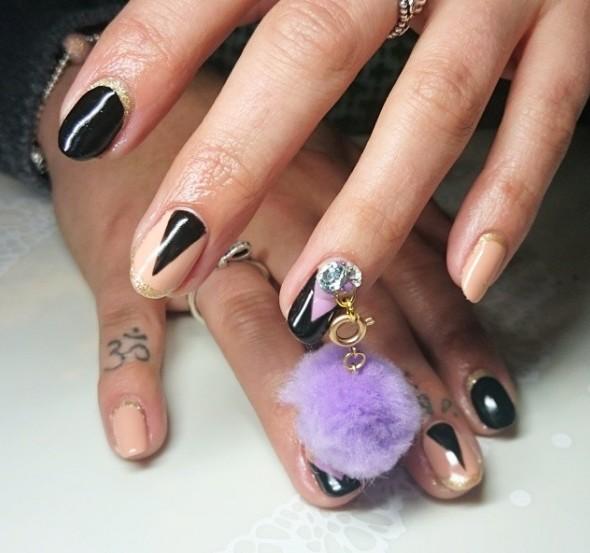 Decoracion de uñas con pompones 8